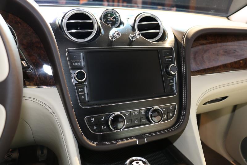 センターコンソールに8インチのタッチスクリーンによるインフォテイメントシステムを標準装備