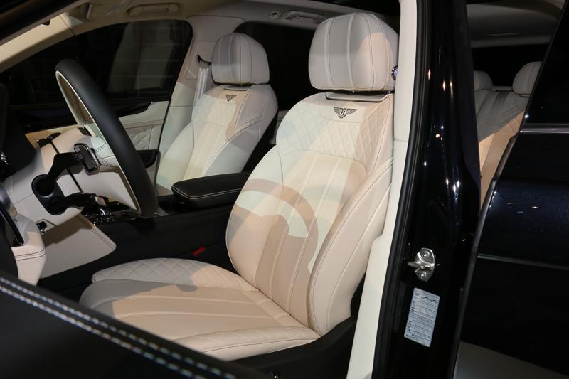 レザーシートの肩口や座面両サイドなどの負荷がかかりやすい部分にキルティング加工を施して、乗り心地を損なうことなく耐久性を高めている