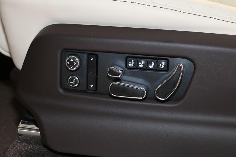 運転席のパワーシート操作パネル