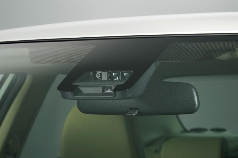 フロントウィンドウの単眼カメラとレーザーレーダーを組み合わせて衝突回避支援ブレーキなどを作動させる「Toyota Safety Sense C」を新採用