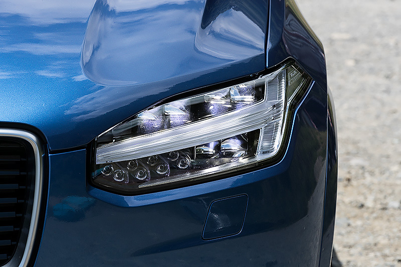 今回のロングドライブで試乗したのは、スポーティなスタイリングが特徴となる「XC90 T6 AWD R-DESIGN」。ボディサイズは4950×1960×1760mm(全長×全幅×全高)、ホイールベース2985mm。車両重量は2100kg。パワートレーンは最高出力235kW(320PS)/5700rpm、最大トルク400Nm(40.8kgm)/2200-5400rpmを発生するスーパーチャージャー付き直列4気筒 2.0リッター直噴ガソリンターボエンジンに8速ATを組み合わせ、4輪を駆動。電動パノラマサンルーフとエアサスペンションを装着する撮影車のJC08モード燃費は11.4km/L。価格は879万円