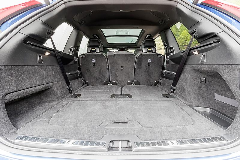 インテリアでは各部にカーボンファイバーパネルが与えられるほか、専用のパーフォレーテッド・ファインナッパレザーを用いたスポーツシート、本革巻きステアリング&シフトノブ、アルミニウム・スポーツペダルなどで上品かつスポーティに仕上げている。他のグレードと同様、乗車定員は7名になる