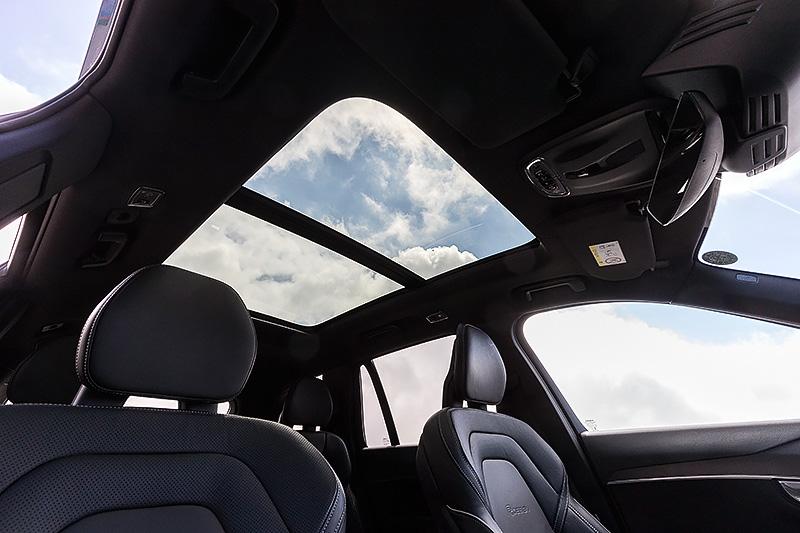 車内に開放感をもたらす電動パノラマサンルーフ