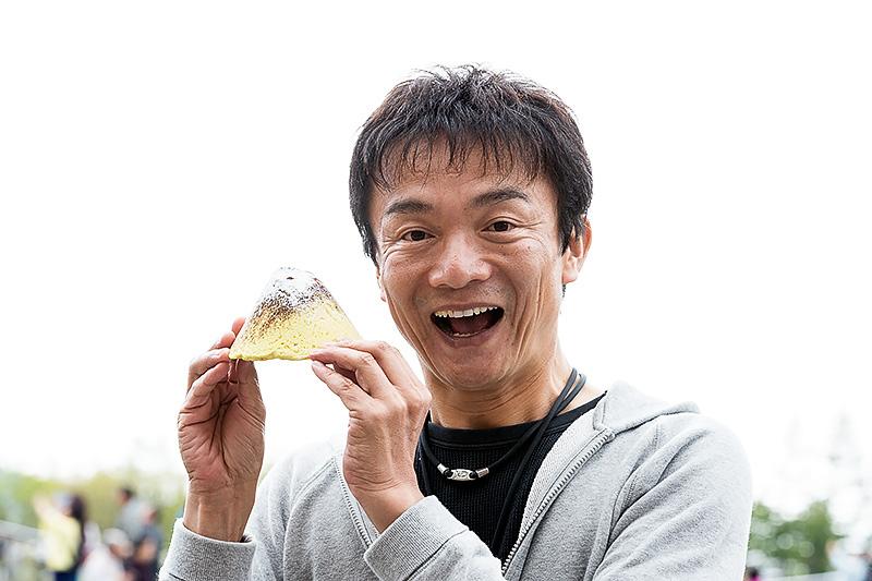 さくっとした食感が特徴的なクッキー生地を用い、ココアパウダーで仕上げた「富士山めろんぱん」。1個260円、おいしくいただきました