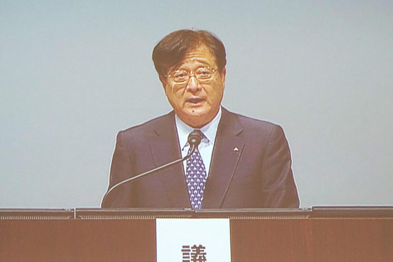壇上に立つ益子修氏は、6月24日付で取締役会長兼取締役社長CEOに就任