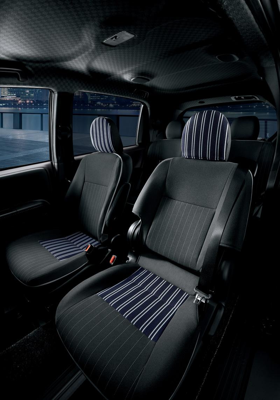 ストライプ柄のウォッシャブルカバーシートと格子柄のルーフトリムを専用設定