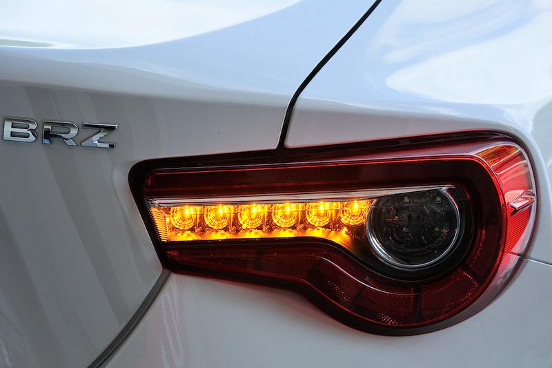 エクステリアでは新デザインのバンパー、17インチアルミホイール+ミシュラン「プライマシー HP」(タイヤサイズ:215/45 R17)などを装備するとともに、フロントとリアの光源すべてにLEDを採用