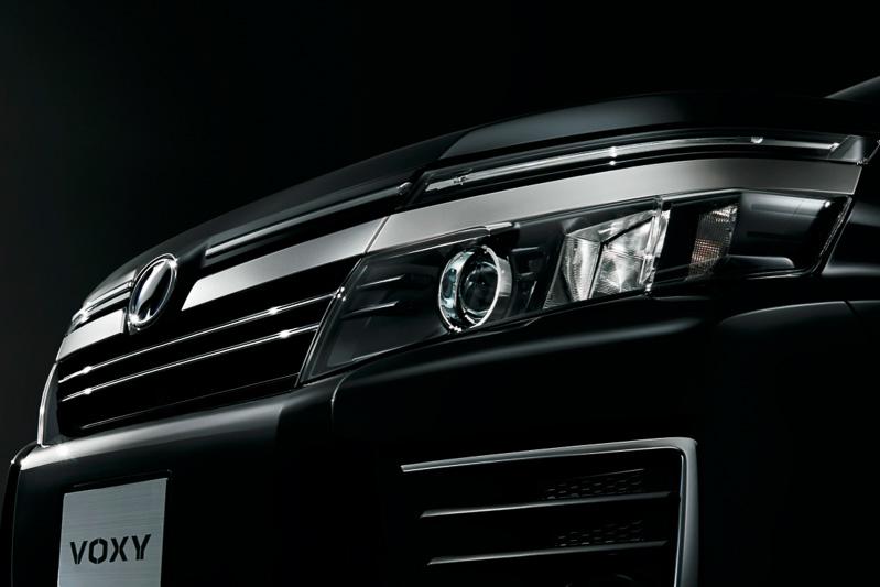 メッキ+ブラックメタリック塗装のフロントグリルに高輝度シルバー塗装のモールを設定