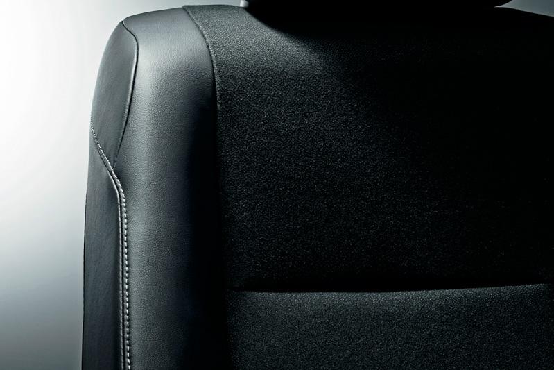 天井やピラー、合成皮革×ファブリックのシート表皮などをブラックで統一。シートステッチはホワイトでアクセントとしている