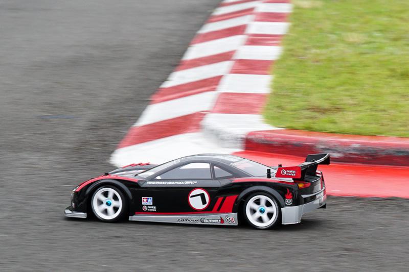 ブラックの「ライキリGT」は、旋回加速でリアが流れず、駆動力=トラクションがドカンと加わる印象