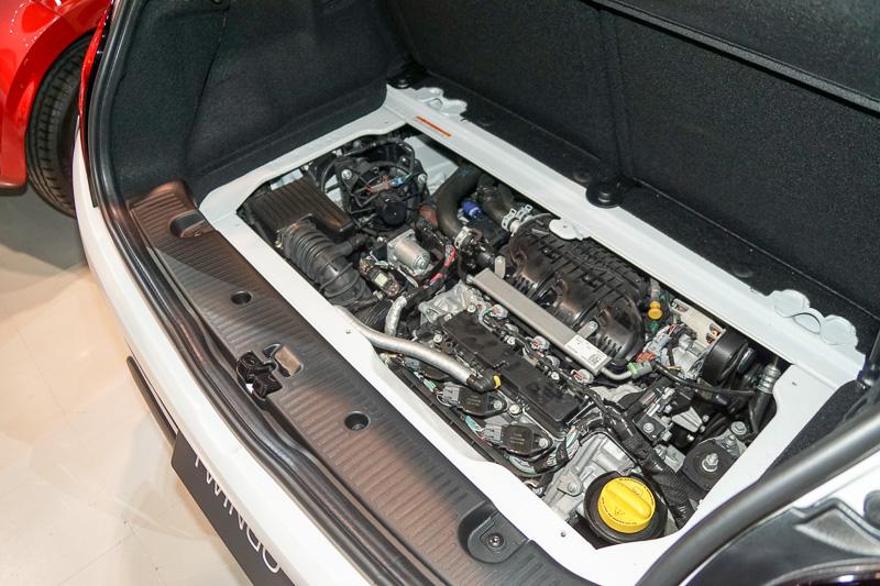 最高出力66kW(90PS)/5500rpm、最大トルク135Nm(13.8kgm)/2500rpmを発生する直列3気筒DOHC 0.9リッターターボエンジンをリアに搭載
