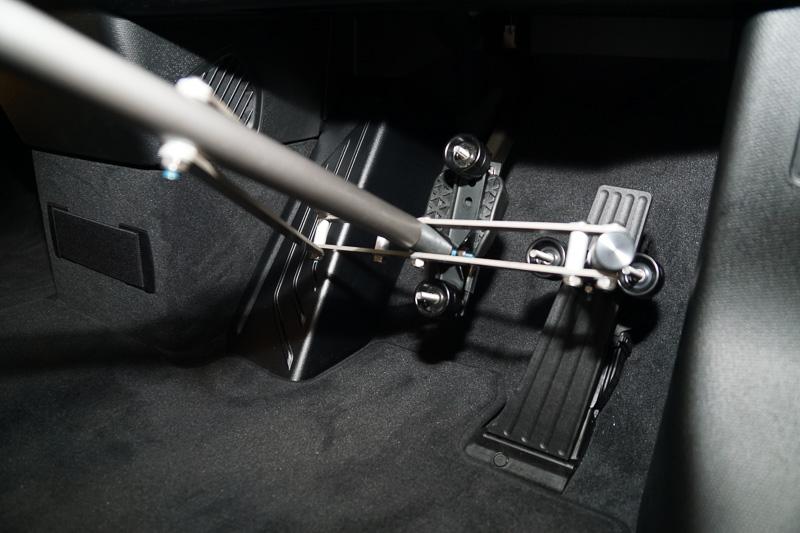 アクセルとブレーキの固定部