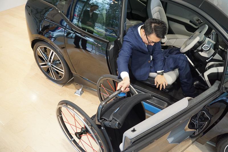 車いすからひょいとクルマに乗り移る