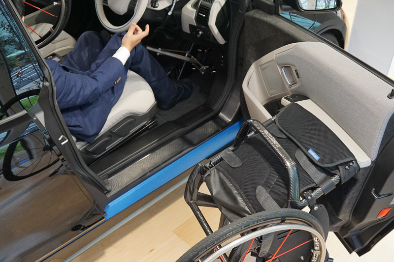 車いすの車輪を収納