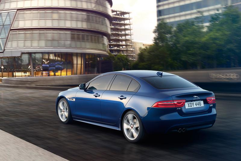 走行距離無制限の無料メンテナンスパッケージ「JAGUAR PREMIUM CARE」が追加され、最新インフォテインメントシステム「InControl Touch Pro」を標準装備。さらに439万円からの新しいエントリーグレード「SE」が追加された(画像はすべて欧州仕様車)