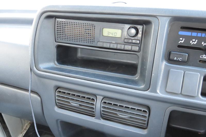 サンバーの純正ラジオ。スピーカーも正面側に内蔵
