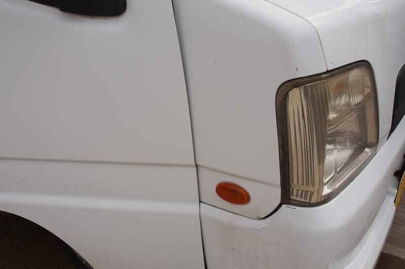 配線をまわすには、ライトまわりのパネルを外す必要がある。バンパーを外すことがベストだが、ずらすだけでもなんとか外れる