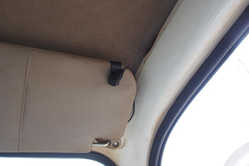 「MVH-590」はハンズフリー機能があるので、マイクをサンバイザーにセットした
