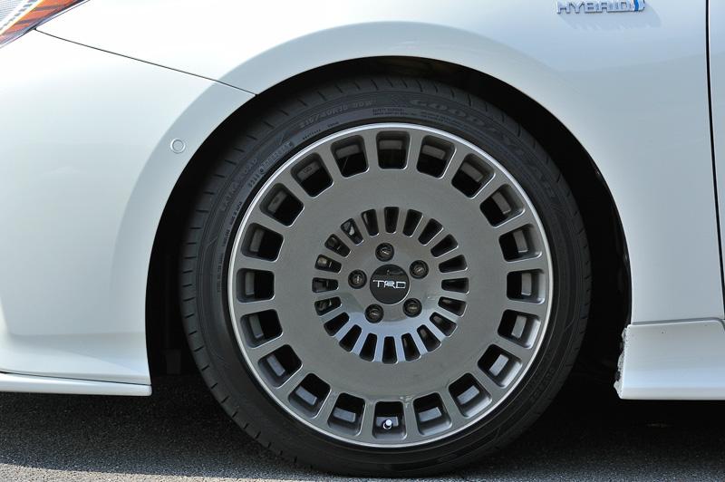 ディッシュ形状と直線的なフィンスポークを組み合わせてドラッグ低減を狙った18インチの鍛造アルミホイール「TRD TF8」(タイヤサイズ:215/40 R18)。価格は1台分で33万6960円