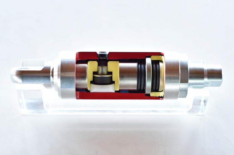 摩擦機構(カットモデル内左側)と皿バネ(カットモデル内右側)でボディの微振動や変形を抑制。ボディ剛性も高めて操舵に対する応答性を向上させる