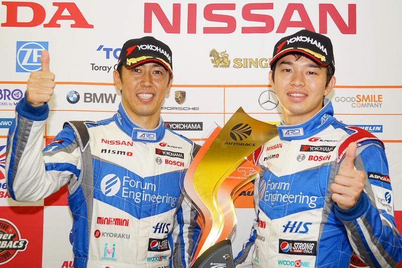 GT500クラス優勝の24号車 フォーラムエンジニアリング ADVAN GT-Rのドライバー、柳田真孝選手(左)佐々木大樹選手(右)
