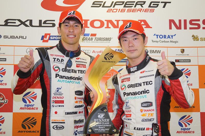 GT300クラス優勝の31号車 TOYOTA PRIUS apr GTをドライブする中山雄一選手(左)、嵯峨宏紀選手(右)