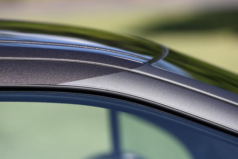 3ドアハッチバックモデルの「DS 3」(スポーツ シック)。DS 3はフロントグリルの「ダブルシェブロン」を、新生DSブランドで用いている「DS WING」に変更して6月1日に発売。アルミホイールはDS 3で唯一17インチ(タイヤサイズ:205/45 R17)を装着する。ボディサイズは3965×1715×1455mm(全長×全幅×全高)、ホイールベース2455mm。価格は299万円