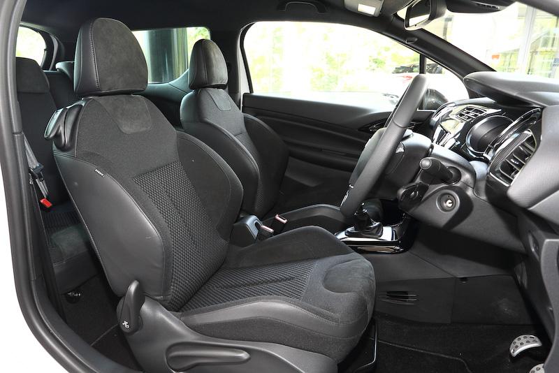 スポーツ シックのインテリアでは、他のDS 3シリーズのダッシュボードカラーがノアールなのに対し、カーボテックを採用することでスポーティな仕上がりに。シートはダイナミカ&ファブリック素材のホールド性のよいスポーティなシート表皮を採用する。トランスミッションは6速MT