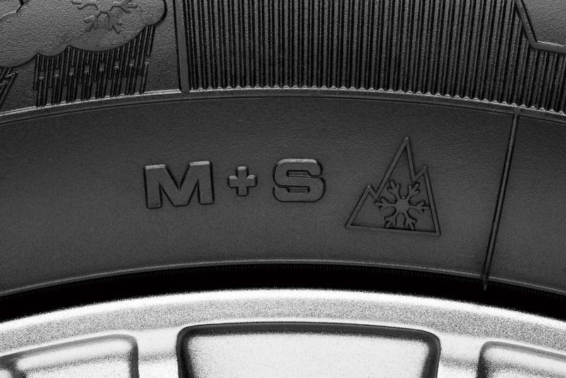 サイドウォールには一般的に浅雪用を示す「M+S」(マッド&スノー)が刻印されるとともに、欧米では「M+S」以上に冬道性能が高いスノータイヤと認められている「スノーフレークマーク」、さらに日本で冬用タイヤであることを示す「スノーマーク」が入る