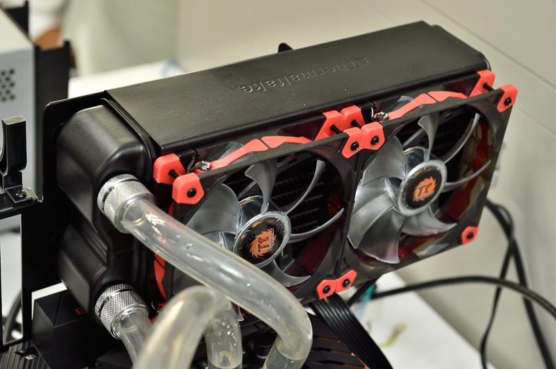 放熱を担うラジエターには電動ファンが取り付けられている
