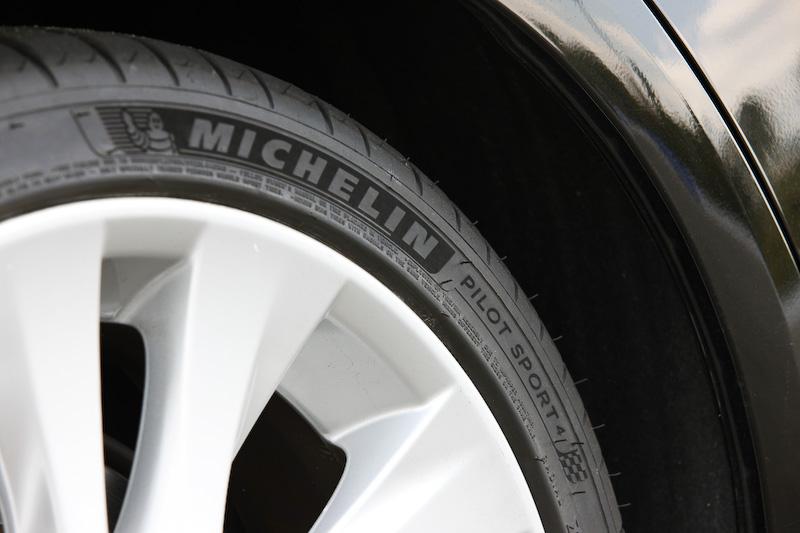 電気自動車(EV)のフォーミュラカーを使った世界シリーズ「FIA フォーミュラ E選手権」で使われるレース用タイヤの技術を応用して開発された、スポーツタイヤの最新モデル「パイロット スポーツ 4(PS4)」。サイドウォールにベルベット加工により生み出された独創的なデザインが与えられるのも特徴