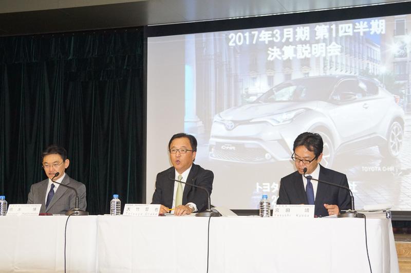 左からトヨタ自動車株式会社 広報部長 橋本博氏、常務役員 大竹哲也氏、経理部長 京田靖氏