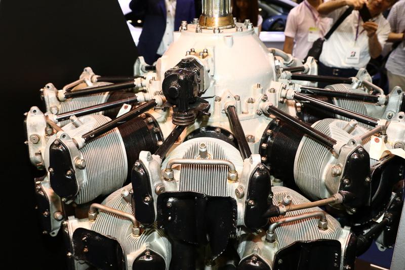 スバルのルーツとなる中島飛行機が昭和初期に自社開発した「寿」エンジンを元に、高性能化を図った「栄」21型エンジン。2列星形14気筒のエンジンは零戦など多くの機種に採用され、日本の航空機史上最も多く生産されたモデルとなった