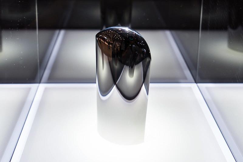 「SOUL of MOTION」はガラスケース内の展示。エッジから曲面へのつながりが美しくデザインされたステンレスオーバーキャップ