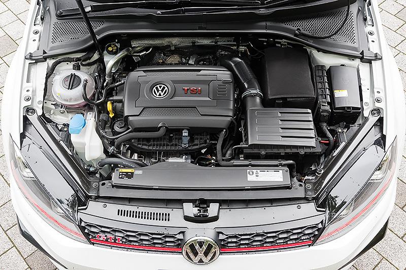 ゴルフ GTI クラブスポーツ トラック エディションが搭載する直列4気筒2.0リッター直噴ターボエンジンは最高出力195kW(265PS)/5350-6600rpm、最大トルク350Nm(35.7kgm)/1700-5300rpmを発生。このエンジンは「ゴルフ R」用をベースにしており、出力はゴルフ GTIから45PS向上している。ちなみにJC08モード燃費はゴルフ GTIから1.2km/Lダウンの14.7km/L