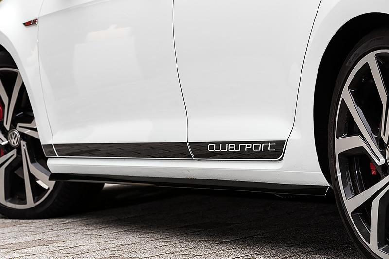 エクステリアでは専用フロント&リアバンパー、ハニカムフロントグリル、現行GTIよりも大型化されたリアスポイラー、専用19インチアルミホイール(7.5J×19)を特別装備。タイヤはピレリ「P ZERO」(225/35 R19)をチョイス。ピュアホワイト、カーボンスチールグレーメタリックともにルーフがブラックに塗装される2トーンカラーを採用