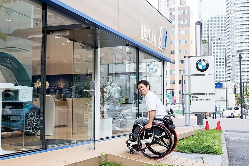 オシャレな虎ノ門にあるオシャレな「BMW i Megacity Studio」。そしてショールーム内には未来型スーパーカーのBMW「i8」が!