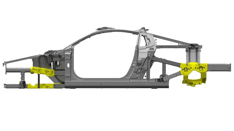 新型NSXでは、衝突安全性を確保するためにボディの主要個所で最適な衝突エネルギー吸収性と高剛性を確保しながら、車両前後のオーバーハングを最小化することがもっとも困難な課題だったという。そこで従来の鋳造手法に高速冷却技術を取り入れた、自動車業界で初めて採用される「アブレーション鋳造技術」(写真の黄色い個所)を採用