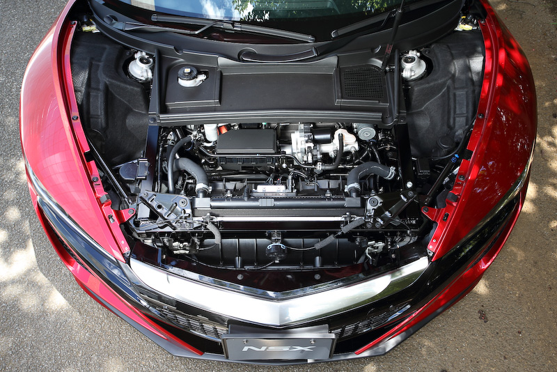 3つのモーターとパワーユニット、エンジンにDCTと発熱量が多いクルマでもあるので、冷却のためのインテークやアウトレットが多数用意される。フロント右のバンパーダクトはツインモーターユニットクーラー用。フロント左の奥に9速DCTギヤクーラーがある。ラジエターなどを冷やす前面からの走行風はフロントフードの左右にあるベントから抜ける