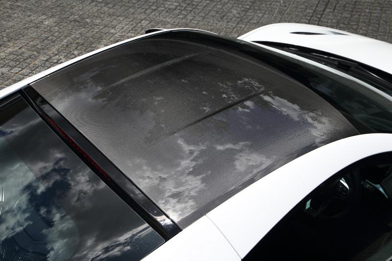 ルーフはカーボン製。Aピラーは超高張力鋼菅ピラーを採用することで、ピラー自体の幅を細くしつつ高い剛性を確保。リアのエンジンフード先端(室内側)にはルーフから流れてくる風をエンジンに取り込む吸気口が空いている