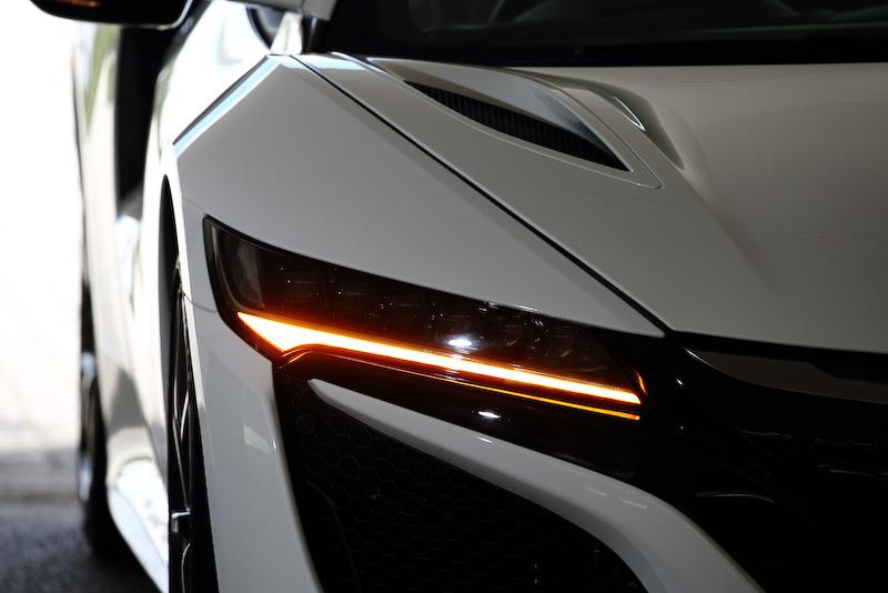 ジュエルアイLEDヘッドライト。各ヘッドライトアッセンブリには6個の独立したLEDを搭載。ロービームのときは外側4個のLEDが、ハイビーム時は6個すべてが点灯する。ライトの下にスモールとウインカーがレイアウトされるデザイン