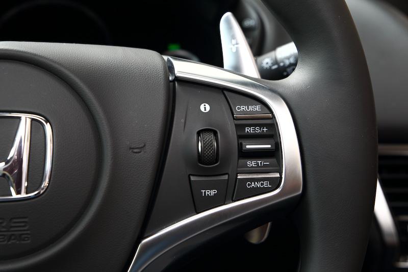 ステアリングのスイッチ類。左は主にオーディオ系、右はメーター表示など機能面を操作するスイッチという配置
