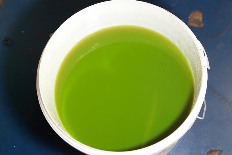 ご覧のとおりの怪しげな色。クーラントの廃液はきちんと処理しましょう