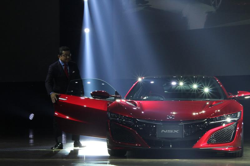 新型NSXが走行して会場に。バレンシアレッド・パールカラーの新型NSXに乗って八郷社長が登場