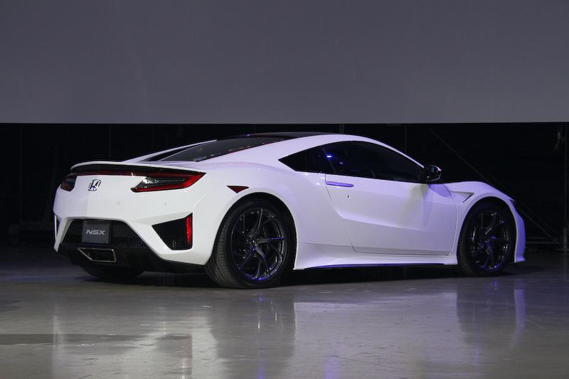 ボディサイズは4490×1940×1215mm(全長×全幅×全高)、ホイールベース2630mm。車両重量は1780kg(オプションのカーボンセラミックマテリアル・ディスクブレーキ装着車の場合)としている