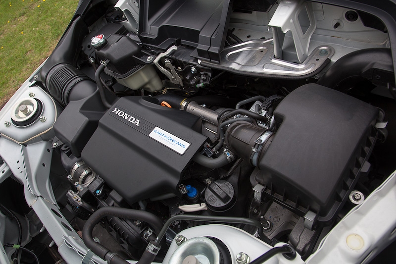 フロントフェイスキットはバンパー・グリル一体式(10万8000円)。スポーティさを高めるリアロアバンパーは8万4240円。エンジンは標準車に準ずる