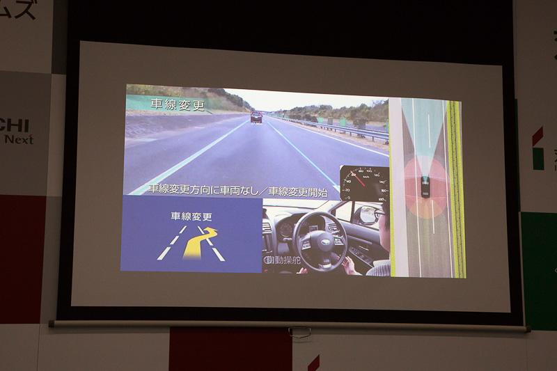 追い越し車線がクリアな状態になってからあらためて車線変更を指示。車線を変更したあとは設定してある最高速まで加速して前走車を追い抜く。その後、ウインカーレバーの操作で走行車線に戻る指示を出している
