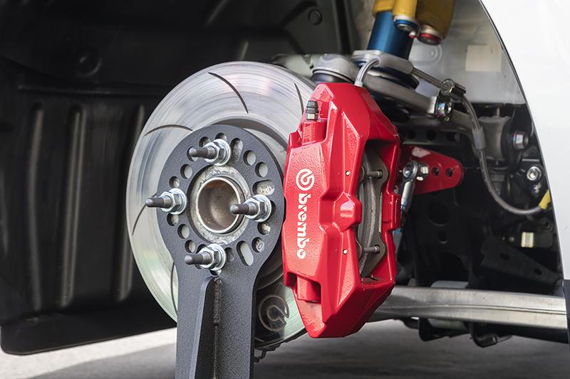 前輪側のブレーキキャリパーとサスペンション