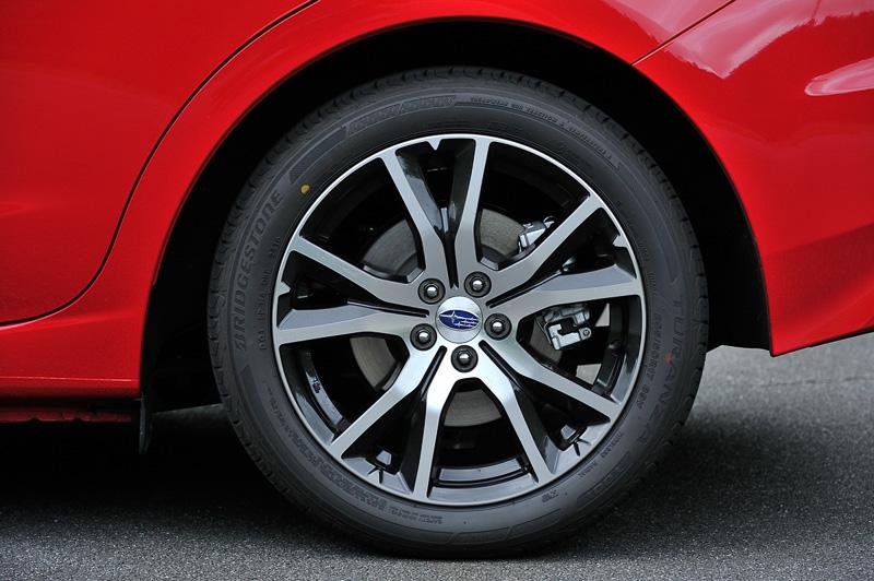 タイヤサイズは前後205/50 R17。試乗車はブリヂストン「トゥランザ T001」を装着