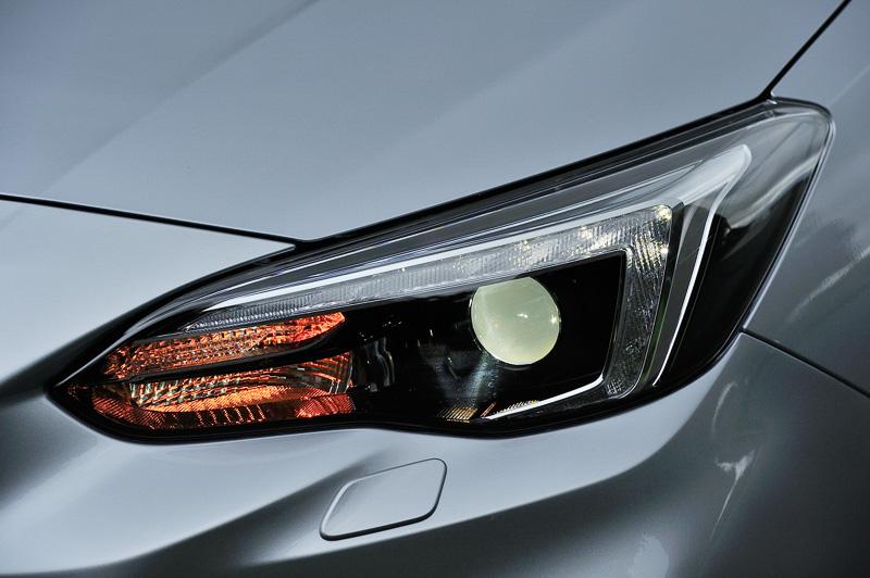 ヘッドライトは「LED2灯ハイ&ロービームランプ(ブラックベゼル)」を標準装備。ほかのグレードではオプション設定となる